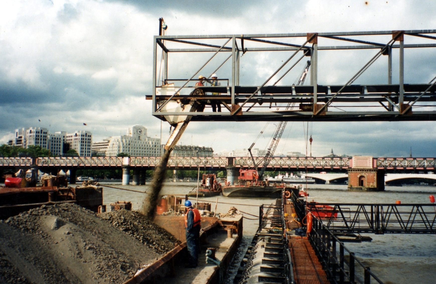 Jubilee gardens pier london marine design construction for Design construction
