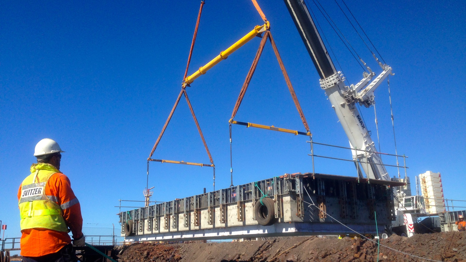 Lifting 20m x 6m concrete pontoon into water, South Australia
